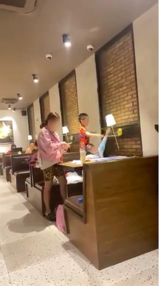 Bức xúc trước cảnh người mẹ vô tư để con nhỏ nghịch phá đồ đạc trong nhà hàng-1