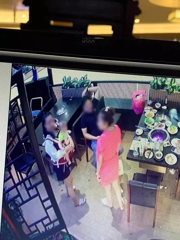 Bức xúc trước cảnh người mẹ vô tư để con nhỏ nghịch phá đồ đạc trong nhà hàng-3