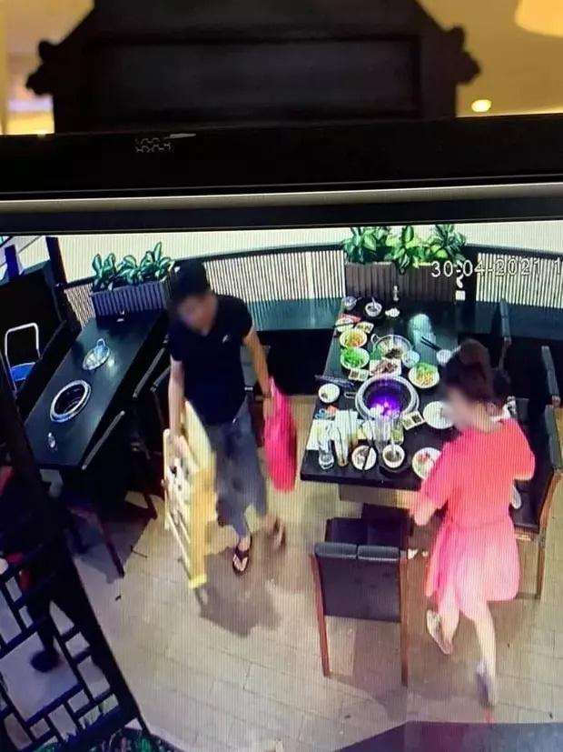 Bức xúc trước cảnh người mẹ vô tư để con nhỏ nghịch phá đồ đạc trong nhà hàng-4
