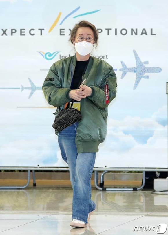 Sao nữ 74 tuổi đoạt giải Oscar xuất hiện tại sân bay, phong cách ăn mặc khiến dân mạng ngỡ ngàng-1