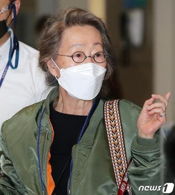 Sao nữ 74 tuổi đoạt giải Oscar xuất hiện tại sân bay, phong cách ăn mặc khiến dân mạng ngỡ ngàng-2