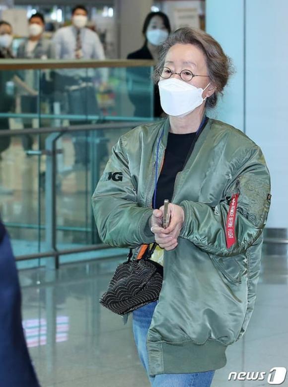 Sao nữ 74 tuổi đoạt giải Oscar xuất hiện tại sân bay, phong cách ăn mặc khiến dân mạng ngỡ ngàng-3