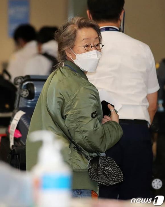 Sao nữ 74 tuổi đoạt giải Oscar xuất hiện tại sân bay, phong cách ăn mặc khiến dân mạng ngỡ ngàng-4