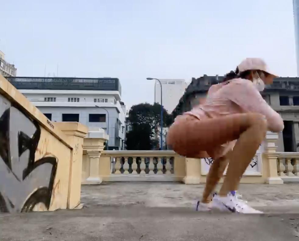 HHen Niê gây sốc với chiếc quần mặc như không ra ngoài đường-1
