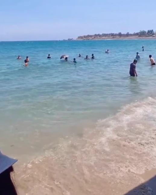 Tắm biển nhưng sợ đen, cô gái nghĩ ra cách khiến dân mạng ngã ngửa-2