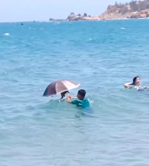 Tắm biển nhưng sợ đen, cô gái nghĩ ra cách khiến dân mạng ngã ngửa-3