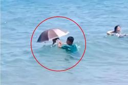 Tắm biển nhưng sợ đen, cô gái nghĩ ra cách khiến dân mạng 'ngã ngửa'