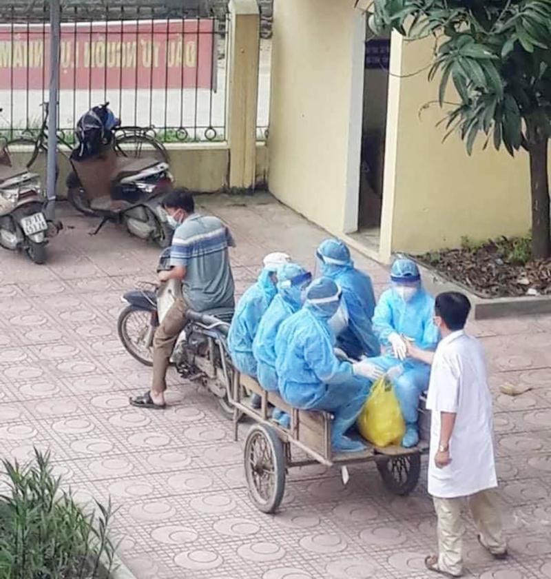 Cảm động bác sĩ tuyến đầu chống dịch áo trùm kín người, ngồi xe kéo làm nhiệm vụ-1