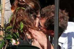 Khán giả 'thấy kinh' khi Dominic West và Lily James đóng vai cha con rồi lại hôn hít ngoại tình