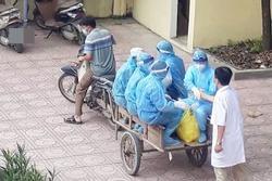 Cảm động bác sĩ tuyến đầu chống dịch áo trùm kín người, ngồi xe kéo làm nhiệm vụ