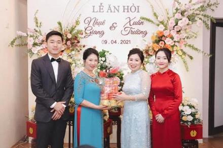 Vợ sắp cưới cầu thủ Xuân Trường khéo lấy lòng mẹ chồng tương lai