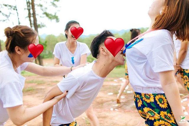 Lan truyền ảnh nữ sinh Việt nắn bóp vòng 1 bạn học để ký lưu bút-10
