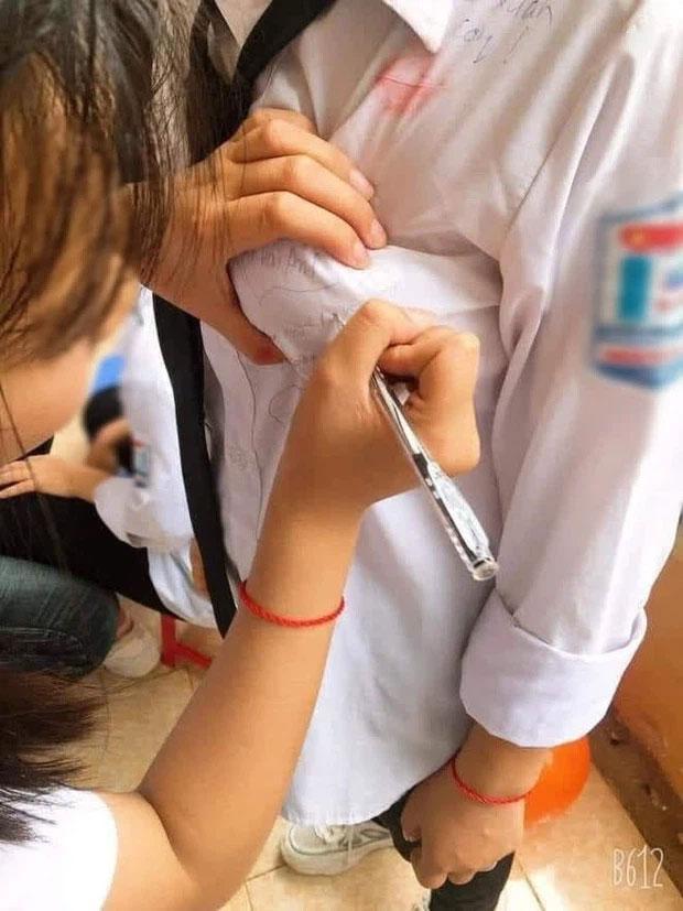 Lan truyền ảnh nữ sinh Việt nắn bóp vòng 1 bạn học để ký lưu bút-1