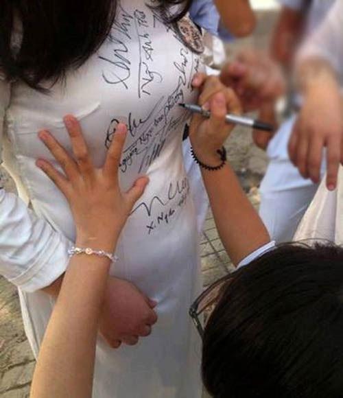 Lan truyền ảnh nữ sinh Việt nắn bóp vòng 1 bạn học để ký lưu bút-7