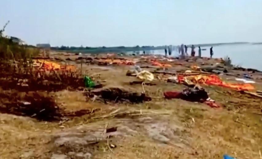 Kinh hoàng Ấn Độ: Thi thể bệnh nhân Covid-19 trôi dạt vào bờ sông Hằng-2