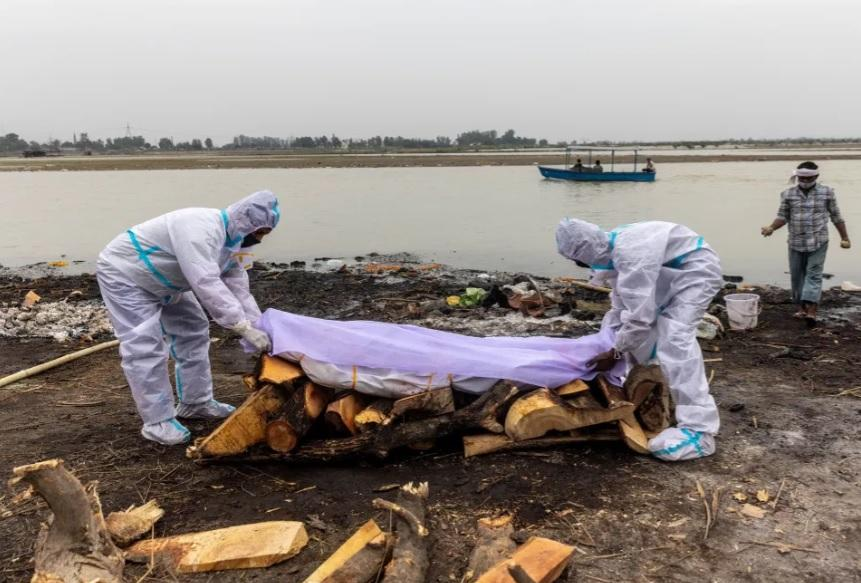 Kinh hoàng Ấn Độ: Thi thể bệnh nhân Covid-19 trôi dạt vào bờ sông Hằng-3