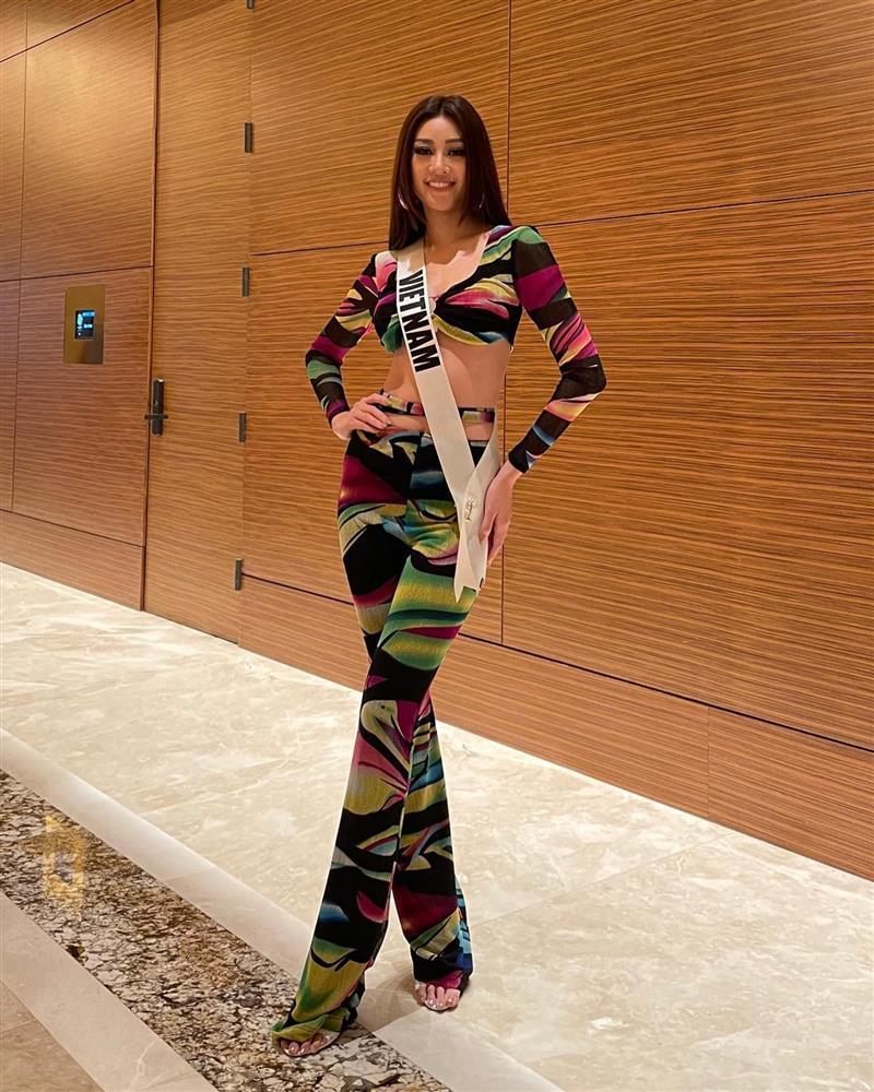 Chủ nhà Miss Universe 2020 liên tục ăn mặc lôi thôi, đi thi như đi chợ-5