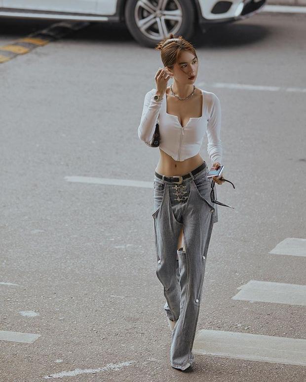 Vừa diện quần jeans 140 triệu, Ngọc Trinh vội quay xe với kiểu quần độc dị-5