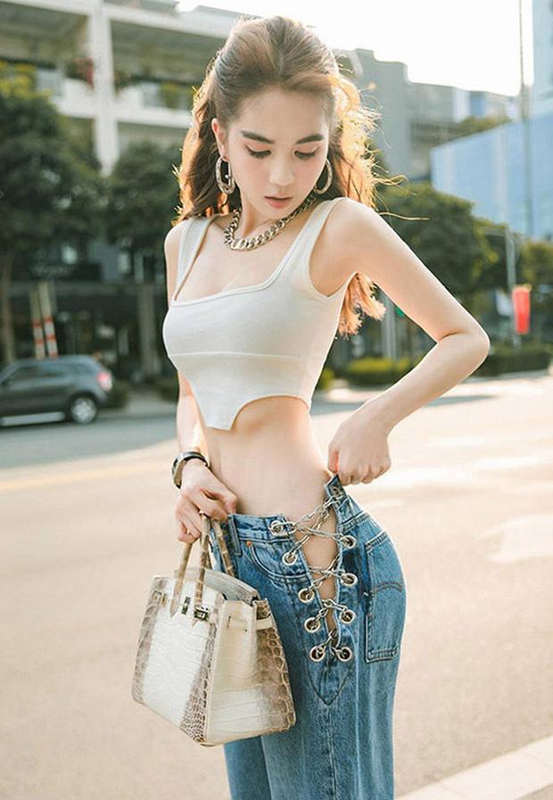 Vừa diện quần jeans 140 triệu, Ngọc Trinh vội quay xe với kiểu quần độc dị-12