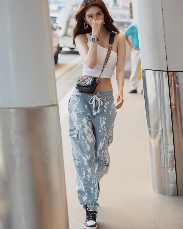 Vừa diện quần jeans 140 triệu, Ngọc Trinh vội quay xe với kiểu quần độc dị-9