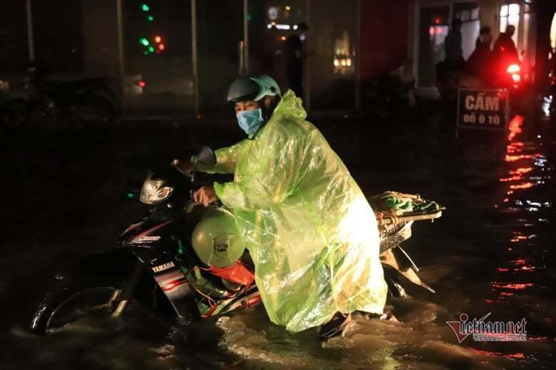Mưa lớn, nhiều tuyến phố ở Hà Nội ngập sâu-2