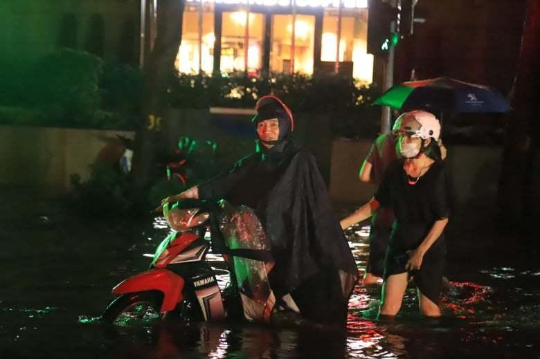 Mưa lớn, nhiều tuyến phố ở Hà Nội ngập sâu-4