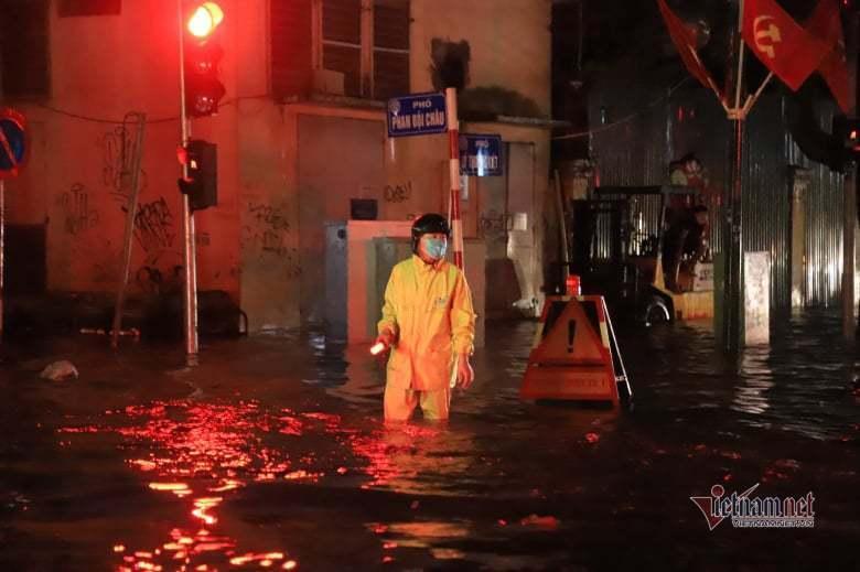 Mưa lớn, nhiều tuyến phố ở Hà Nội ngập sâu-9