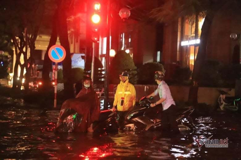 Mưa lớn, nhiều tuyến phố ở Hà Nội ngập sâu-10