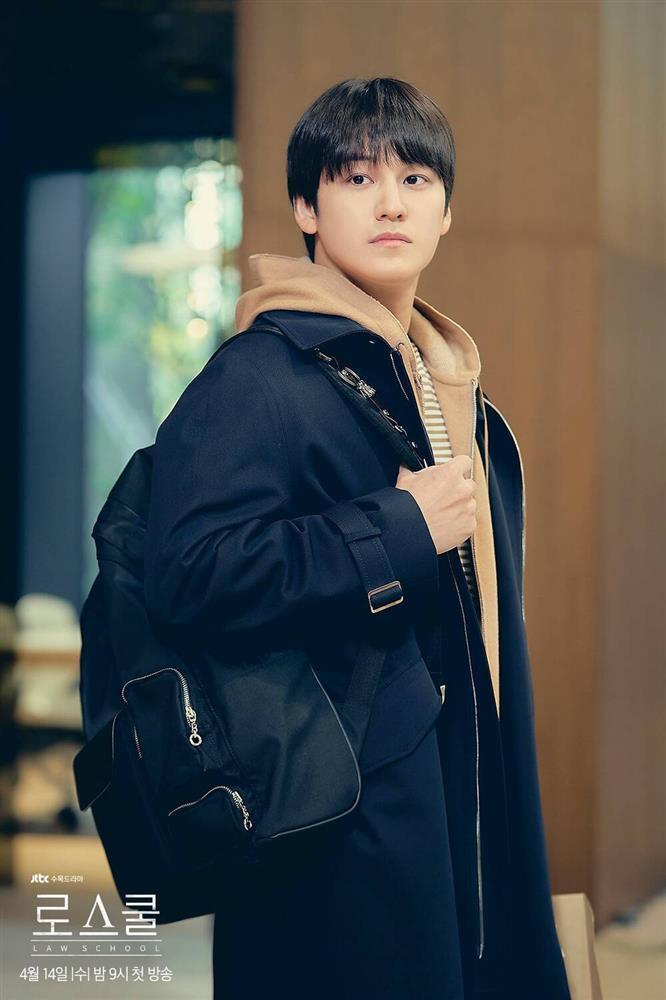 Thời trang của Kim Bum khi vào vai sinh viên ở tuổi 32-3