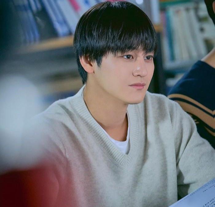 Thời trang của Kim Bum khi vào vai sinh viên ở tuổi 32-5