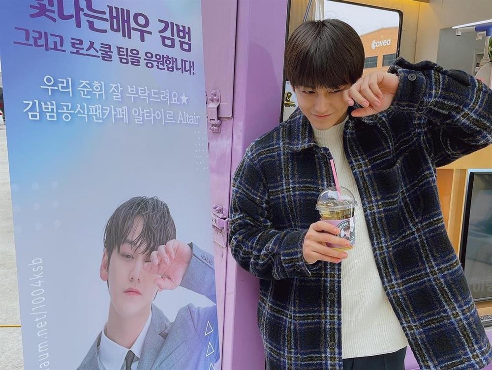 Thời trang của Kim Bum khi vào vai sinh viên ở tuổi 32-9