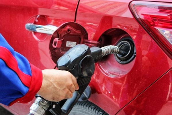 Giá xăng tăng lên mức cao nhất trong 15 tháng-1