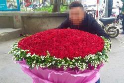 Tặng hoa đủ các ngày lễ nhưng thanh niên vẫn bị đá cay đắng vì lý do... 'củ chuối'