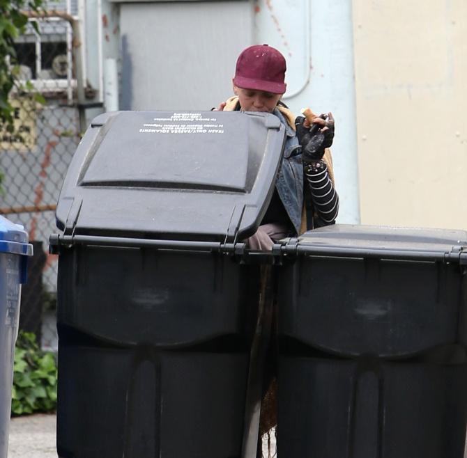 Cựu người mẫu Mỹ ăn pizza lục từ thùng rác-1