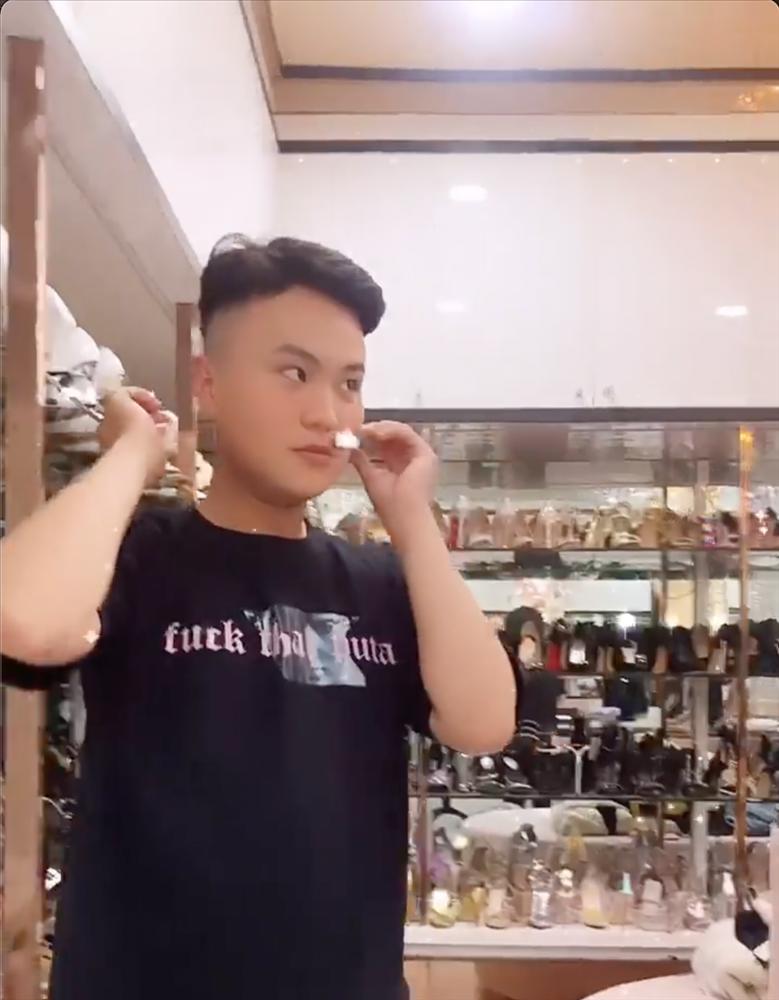 Stylist quàng quần lót của Ngọc Trinh lên mặt làm tai nghe-5