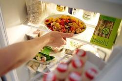 Những sai lầm trong việc bảo quản thực phẩm ngày hè khiến đồ ăn nhanh bị ôi thiu