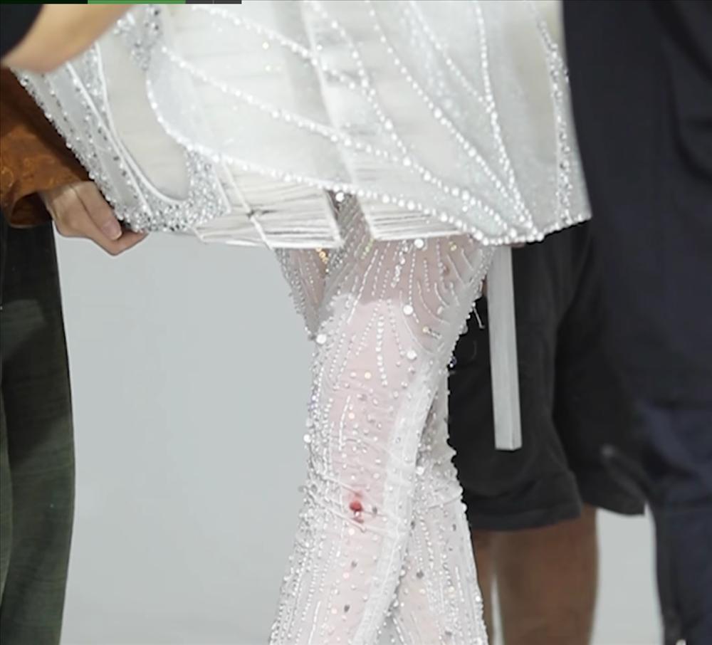 Khánh Vân bầm dập vì Quốc phục Kén Em khiến fan lo cho đêm chung kết Miss Universe-2