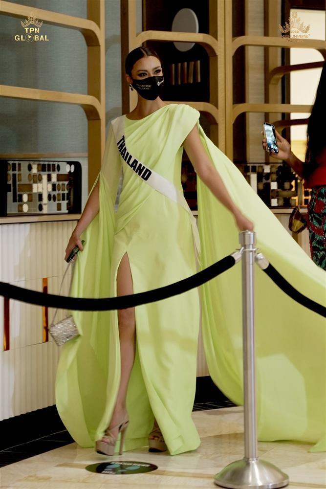 Ứng viên vương miện Miss Universe 2020 bị đối thủ đạp rách váy hiệu-2