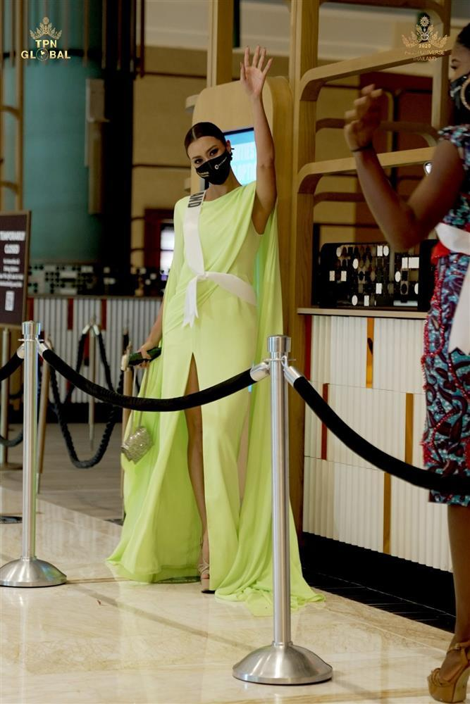 Ứng viên vương miện Miss Universe 2020 bị đối thủ đạp rách váy hiệu-8