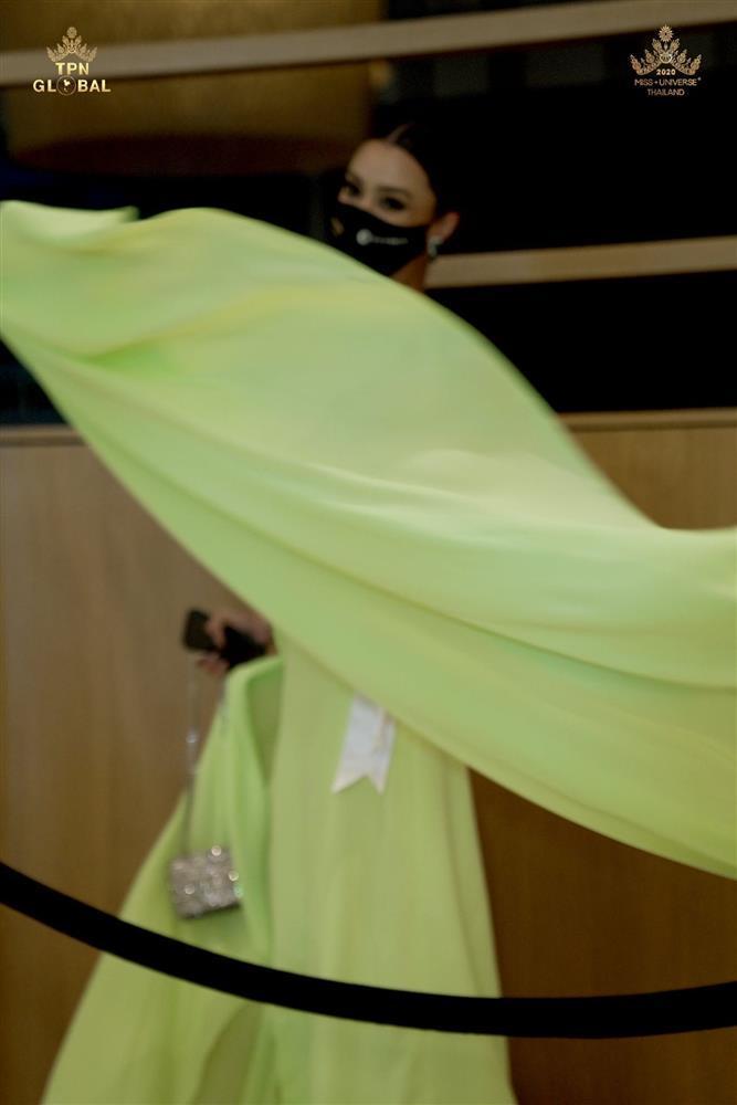 Ứng viên vương miện Miss Universe 2020 bị đối thủ đạp rách váy hiệu-7
