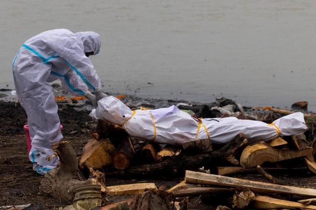 Ấn Độ: Hơn 4.000 người chết một ngày, hàng loạt thi thể vùi trong cát-1