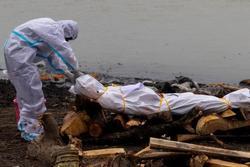 Ấn Độ: Hơn 4.000 người chết một ngày, hàng loạt thi thể vùi trong cát