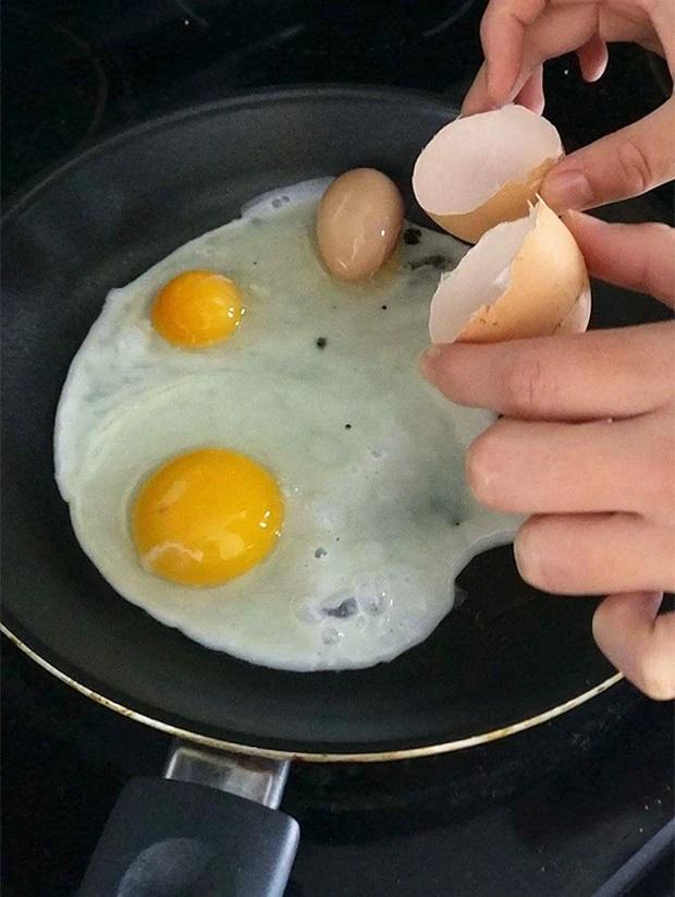 Đập trứng, chủ thớt câm nín thấy thứ rơi ra từ bên trong quả trứng gà siêu to khổng lồ-4
