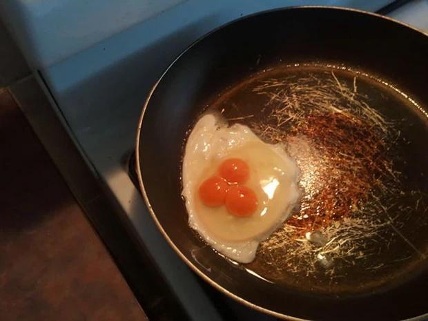 Đập trứng, chủ thớt câm nín thấy thứ rơi ra từ bên trong quả trứng gà siêu to khổng lồ-5