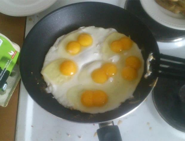 Đập trứng, chủ thớt câm nín thấy thứ rơi ra từ bên trong quả trứng gà siêu to khổng lồ-6