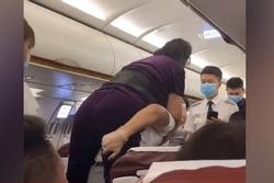 Hành khách nổi giận, yêu cầu tiếp viên cõng xuống máy bay