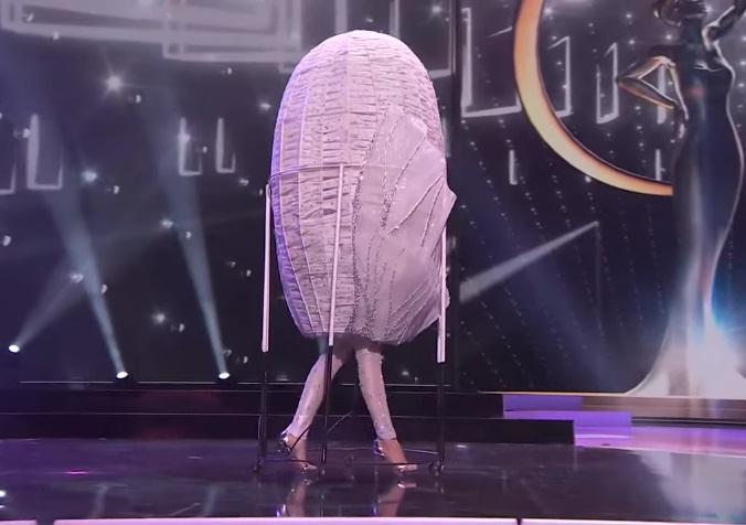 Khánh Vân diễn quốc phục Kén Em xuất sắc tại Miss Universe 2020-1