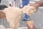 Phát sợ trước cảnh dùng tay trần 'bốc' kem vào ốc quế cho khách ở Ấn Độ