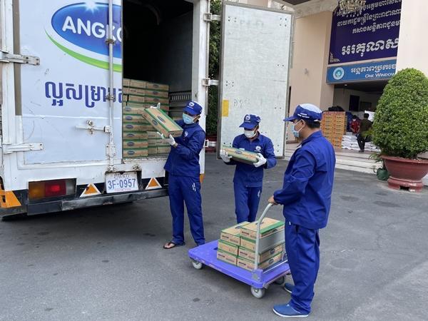 Nhà máy Angkormilk của Vinamilk tặng 48.000 hộp sữa cho người dân vùng đỏ Campuchia-2