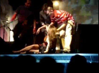 Clip: Mỹ Tâm ngất xỉu ngay trên sân khấu khi nghe tin bạn thân qua đời-2